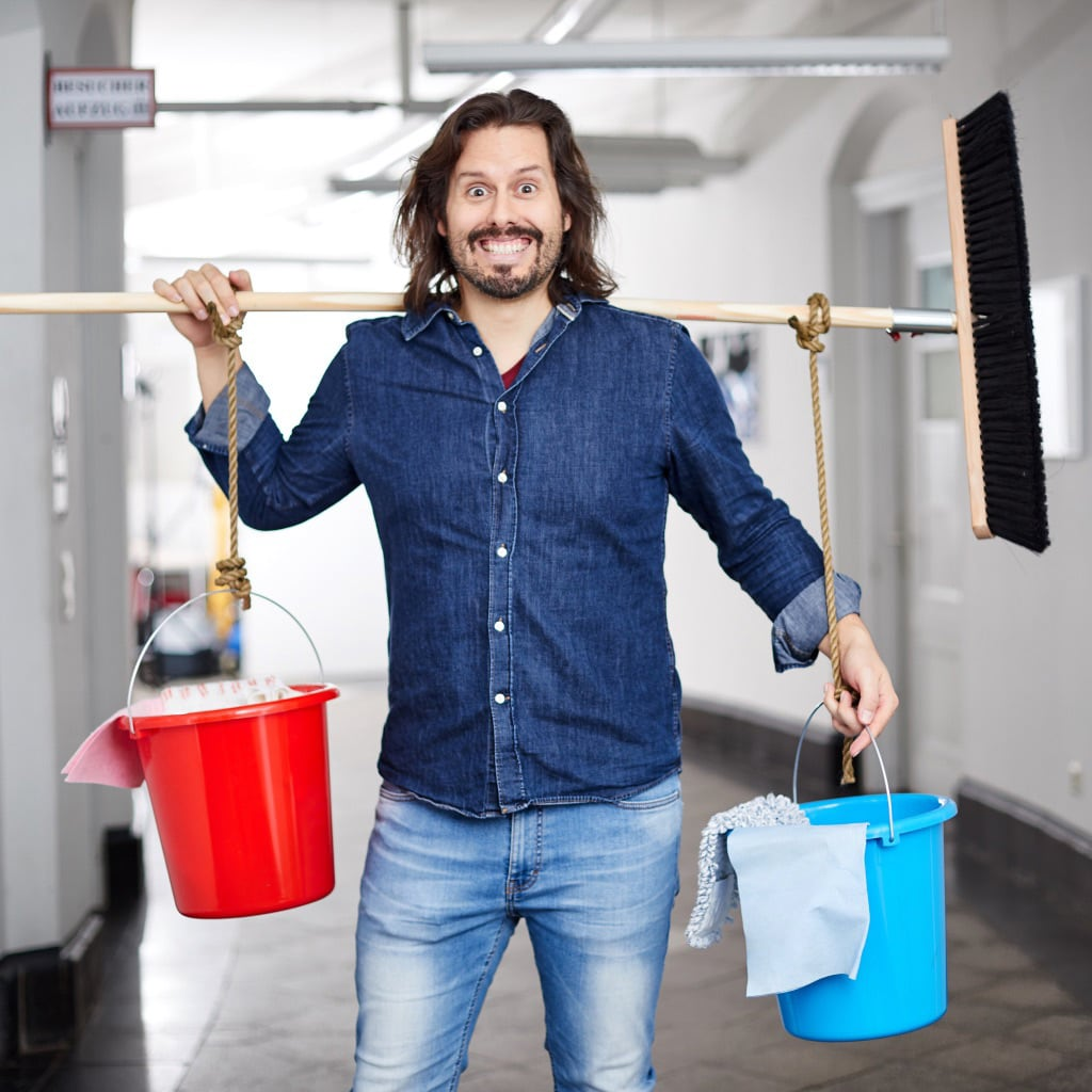 Kreativdirektor Daniel posiert fürs Einleuchten